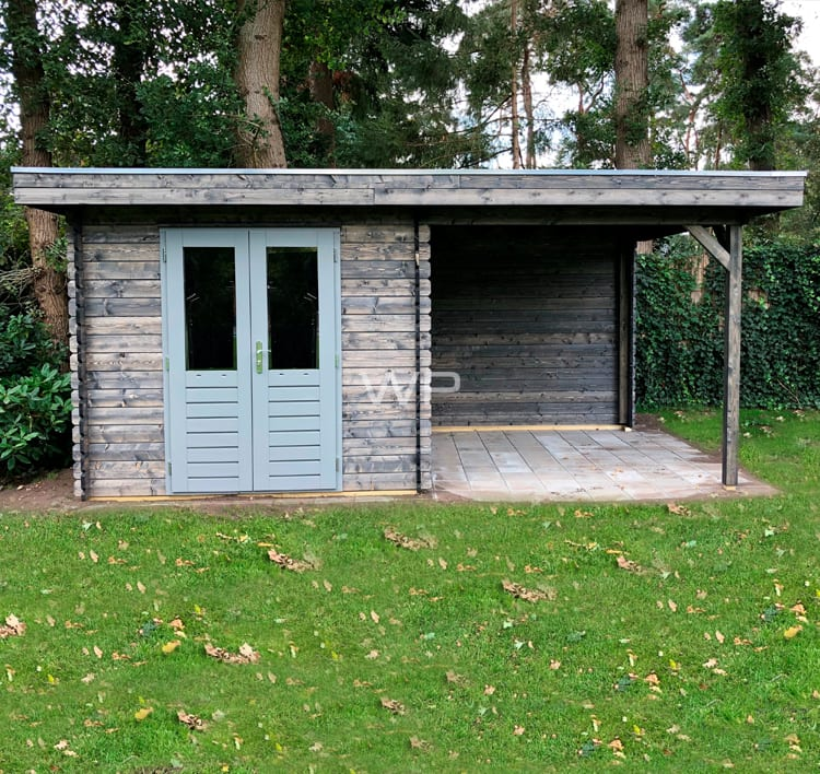 Log cabin with flat roof and a veranda