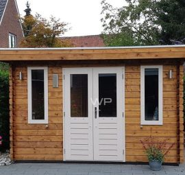 Log cabin with flat roof and double door